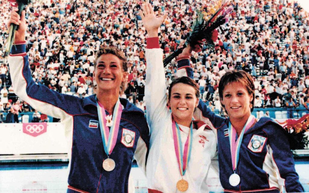 Sylvie Bernier (Centre) Championne olympique au plongeon (Tremplin 3 m F.) sur le podium avec les Américaines C. Seufert et K. McCormick.