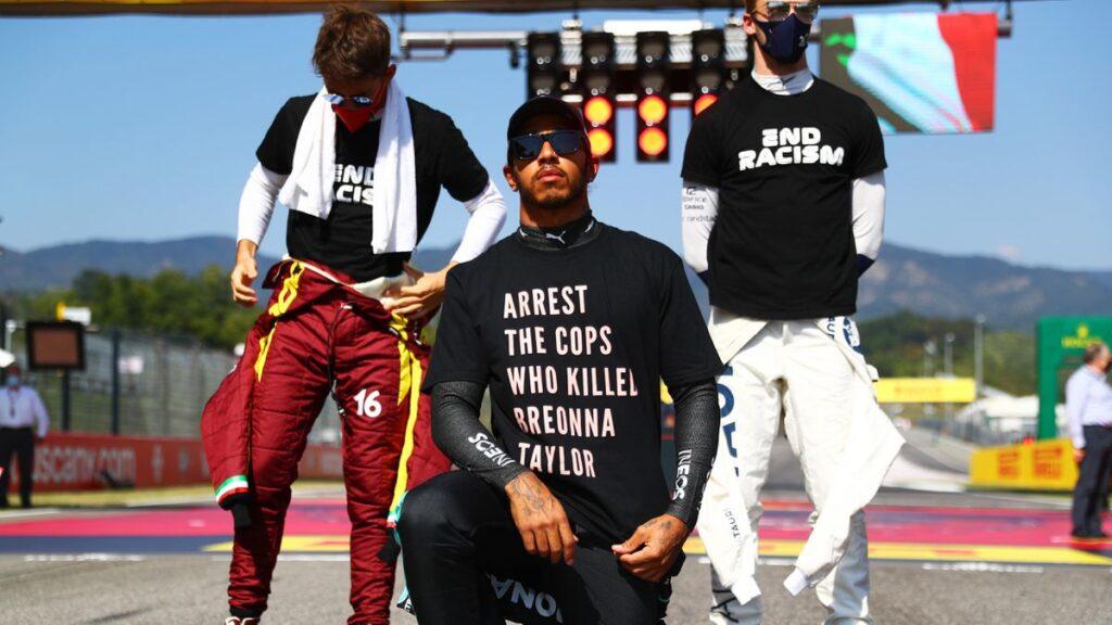 Lewis Hamilton (à genou) avec le chandail qui a suscité la polémique en F1 au GP de Toscane.